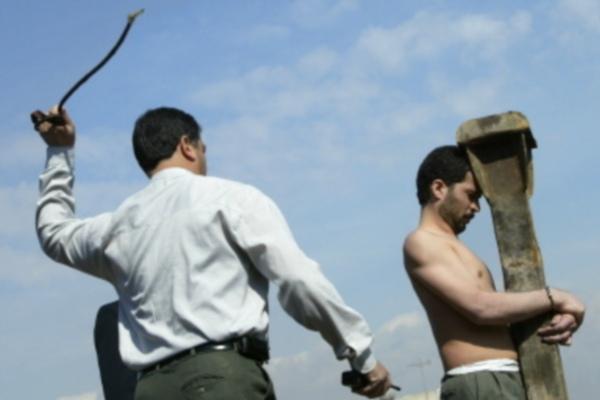 Kara chłosty wykonywana na iranskim przestępcy/AFP