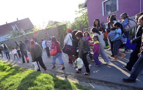 Cyganie opuszczają swoje domy/AFP