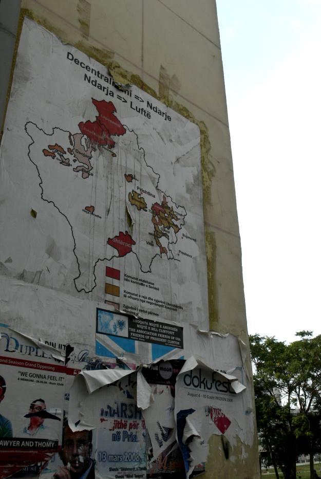 plakat z mapą kosowa na ścianie w prisztinie